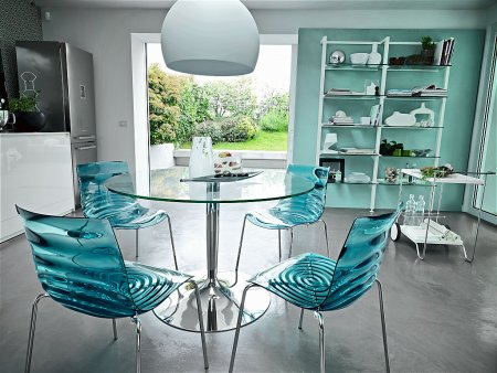 Planet Round Dining Table with L Eau Chairs